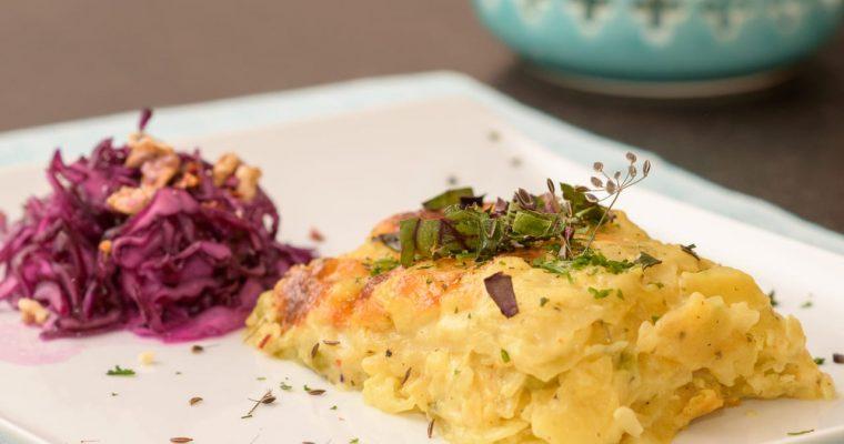 Kartoffelgratin mit Heublumenkäse, Rotkrautsalat und Walnussdressing